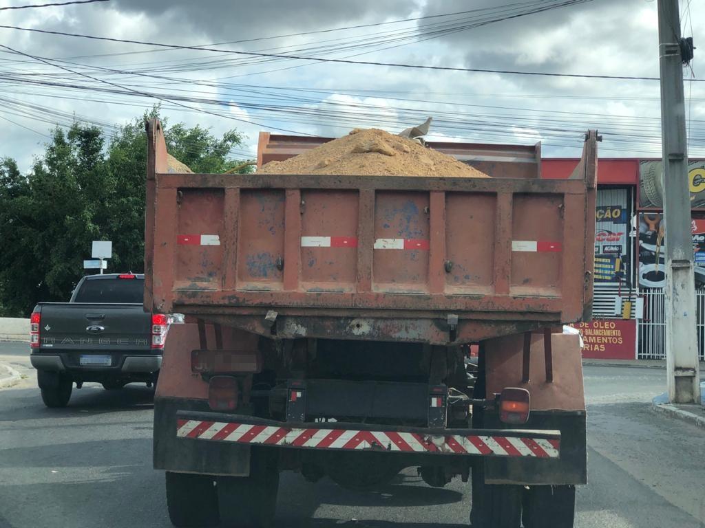 Perigo nas ruas de Jequié, caminhões estão circulando com cargas sem lonas