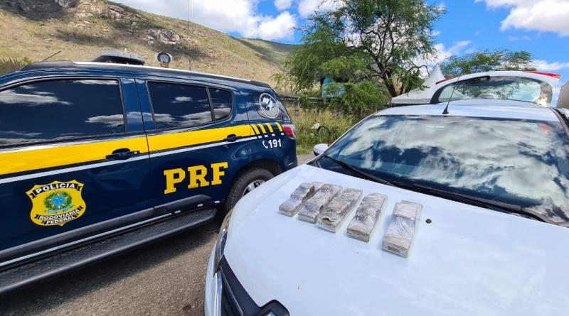 GPT prende dupla transportando 5 kg de drogas em Jequié