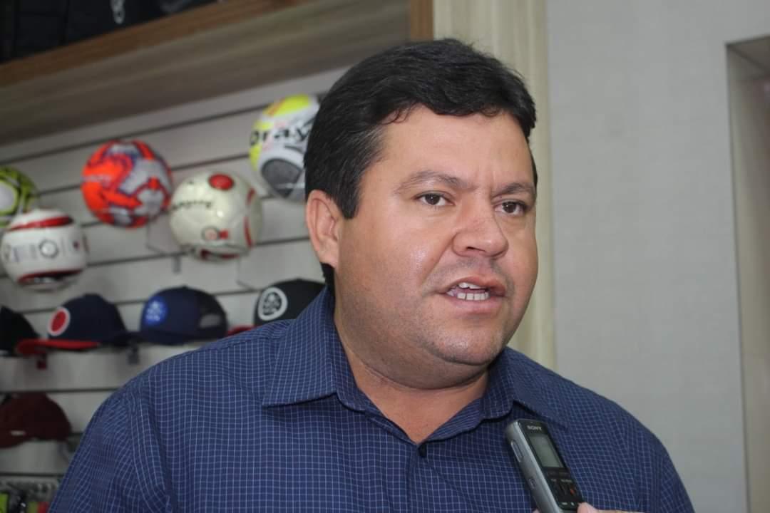 Prefeito dispara contra vereadores de oposição de Lafaiete Coutinho