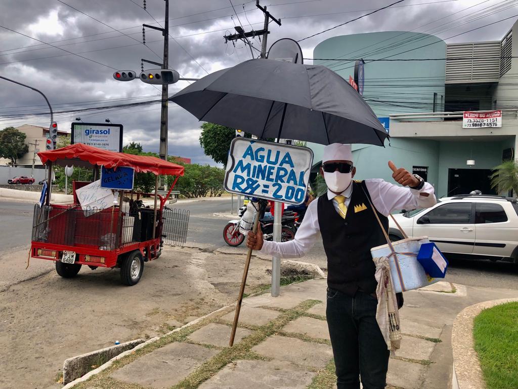 Conheça a história do vendedor de água que se veste de garçom nas ruas de Jequié