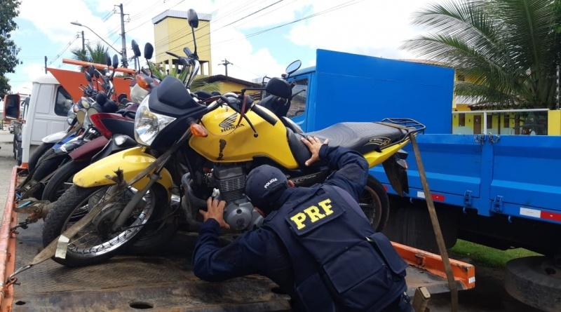 Motatxista é assaltado e polícia recupera moto momentos depois