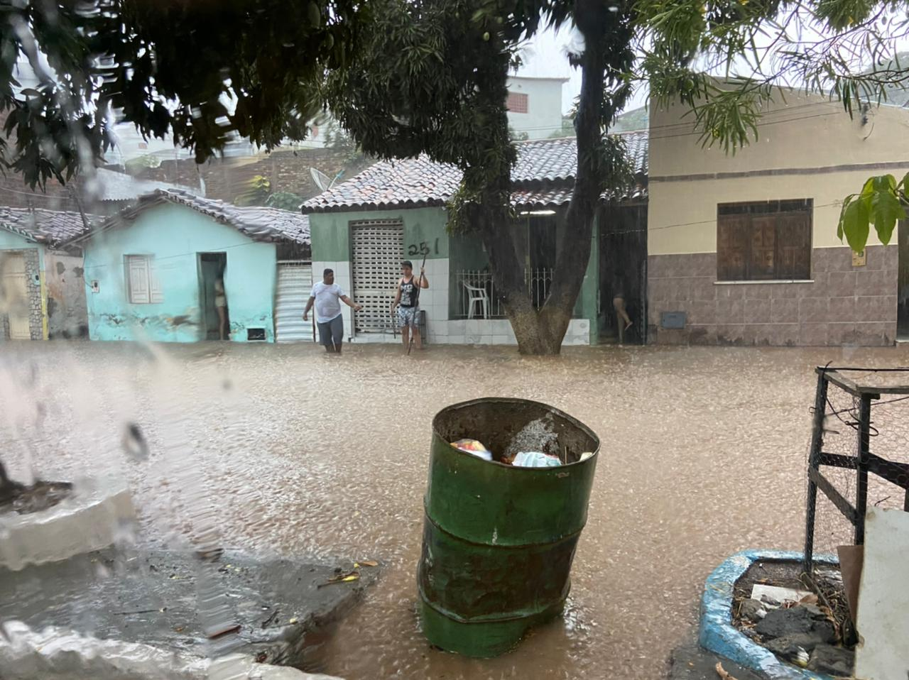 Casas foram invadidas pela força da correnteza no bairro São José