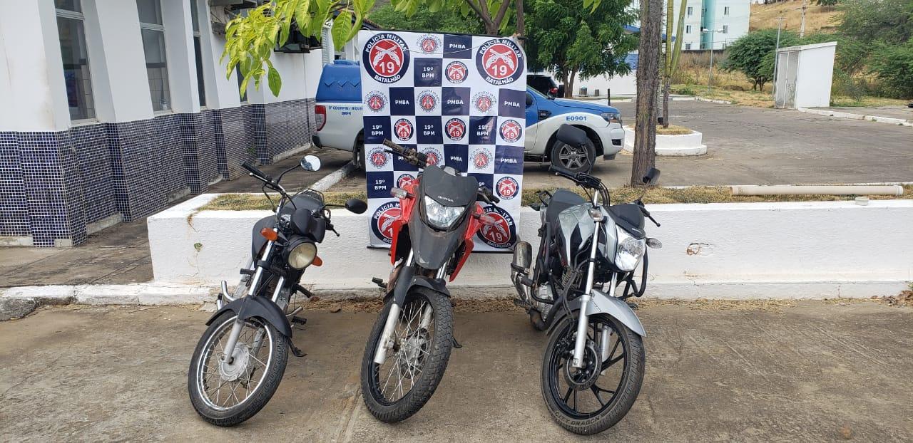 Polícia Militar recupera 3 motos roubadas e prende assaltante, um dos veículos estava enterrado