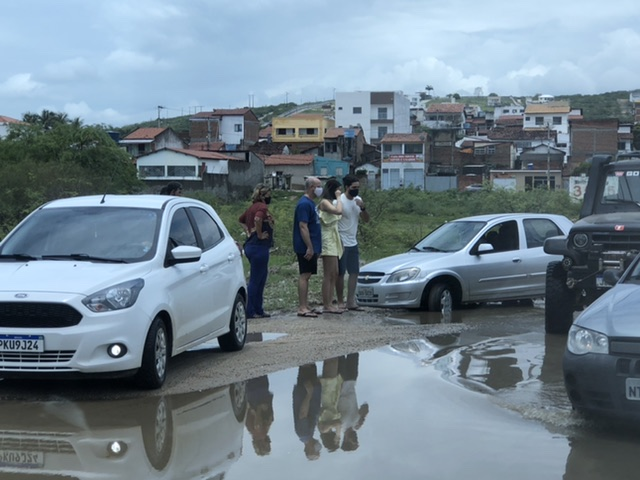 Carro atola no acesso ao bairro São Judas Tadeu