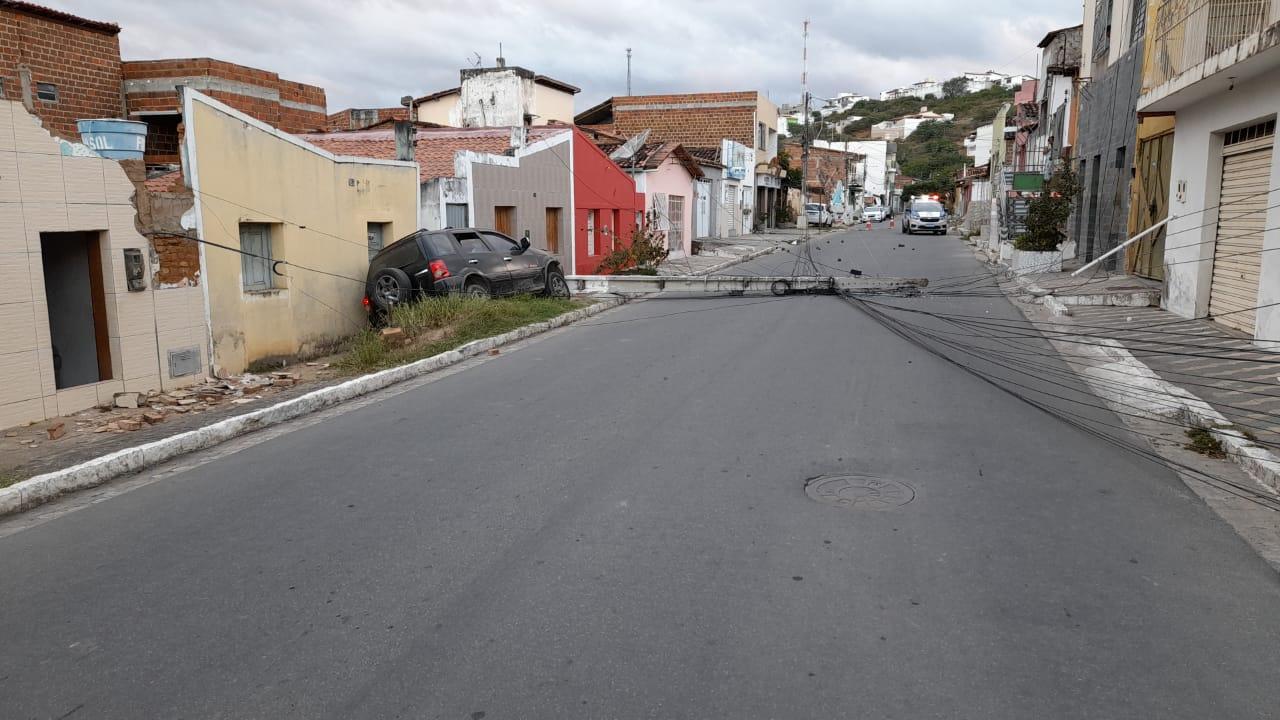Carro bate em poste e deixa o bairro Caixa Dágua sem energia