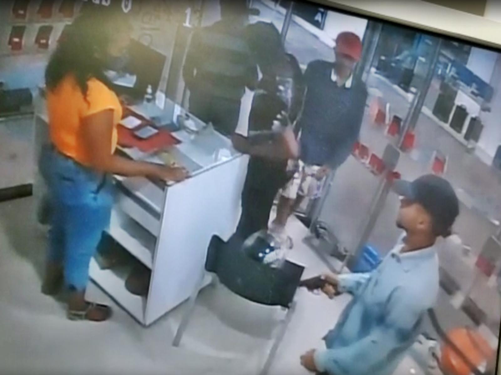 Dois bandidos assaltaram uma loja de celulares no Mercadão neste sábado