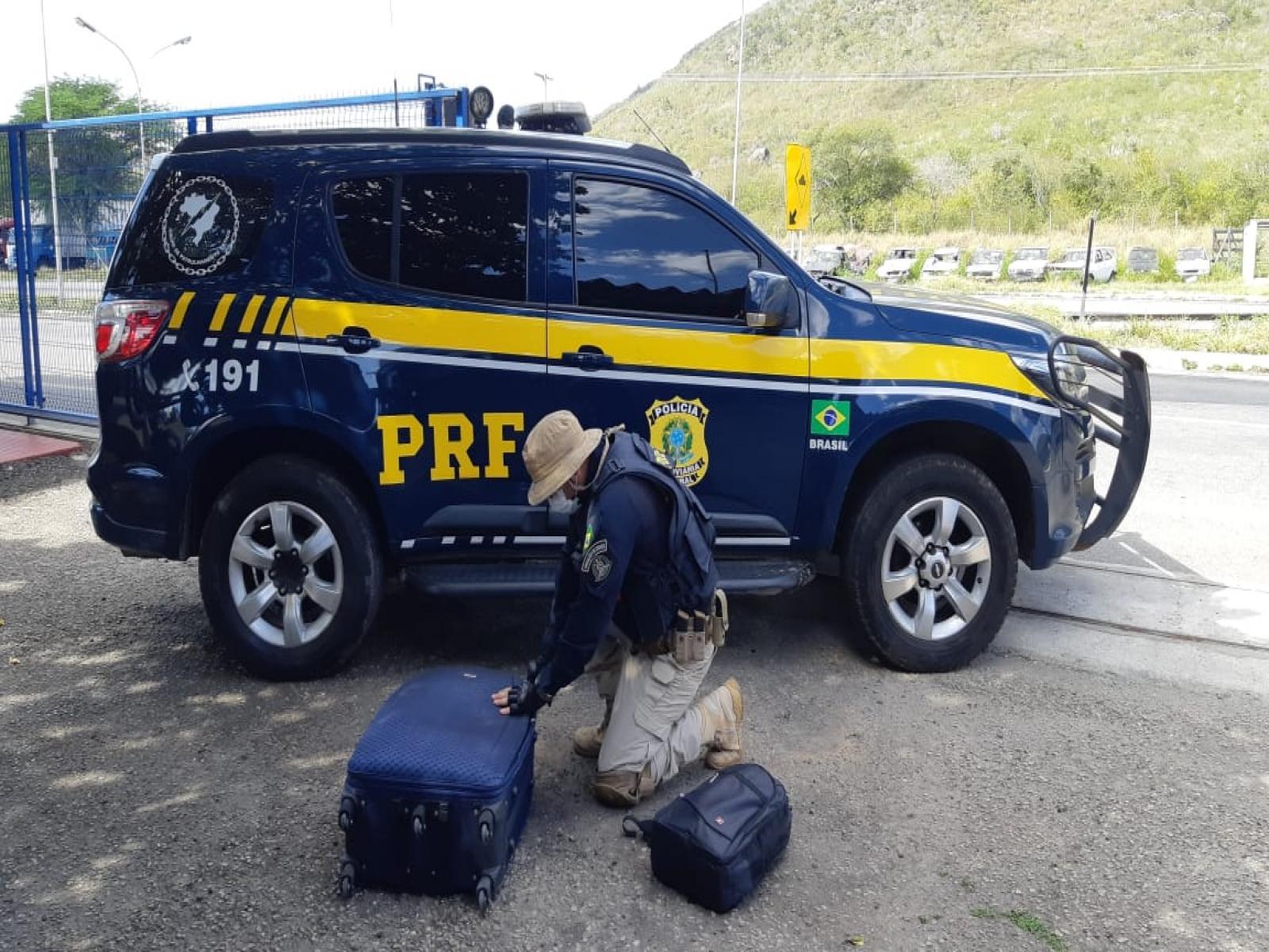 PRF flagra passageira de ônibus com 35 quilos de maconha em Jequié