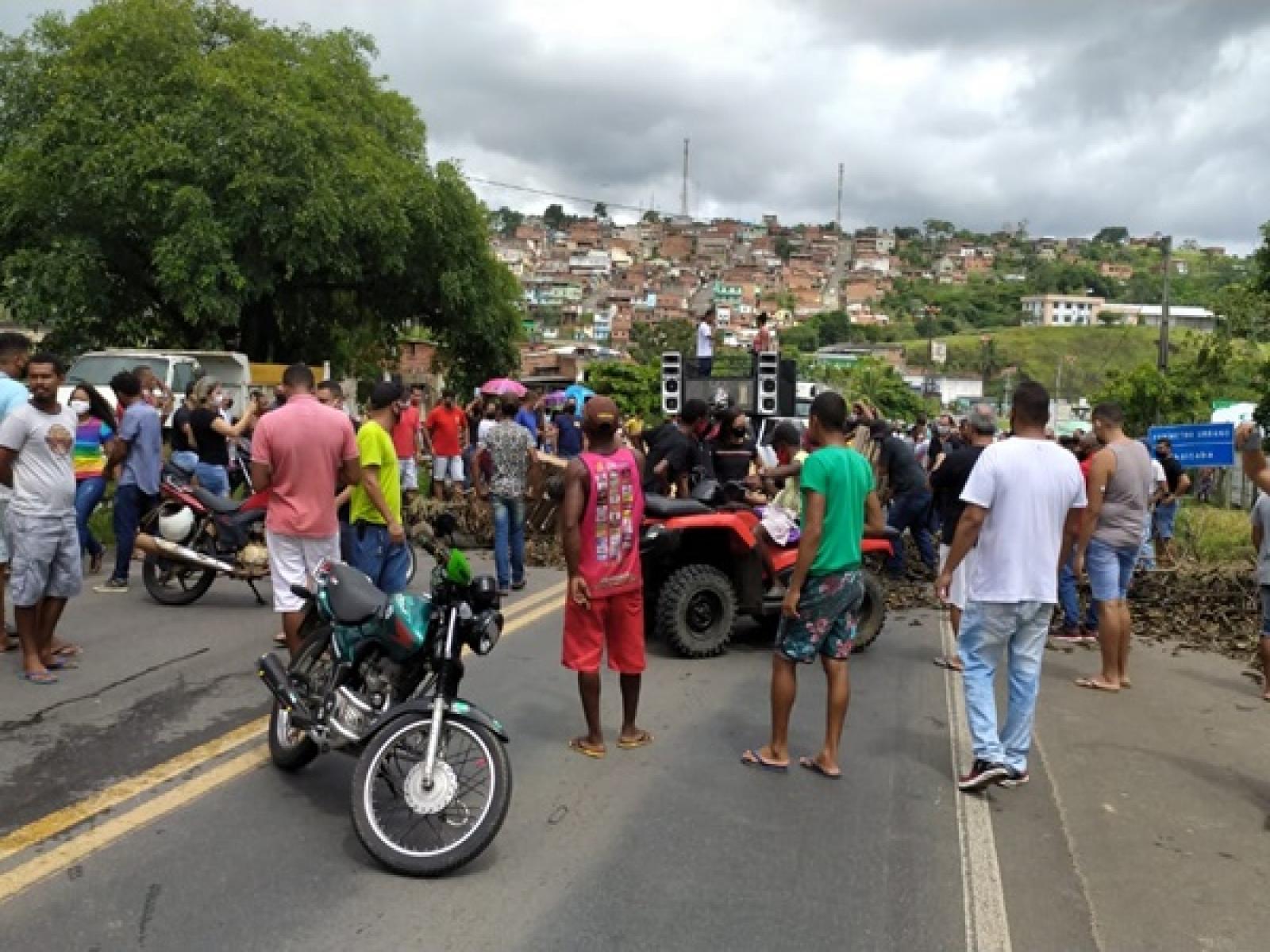 UBAITABA: COMERCIANTES FECHAM BR-101 E PEDEM REABERTURA DO COMÉRCIO