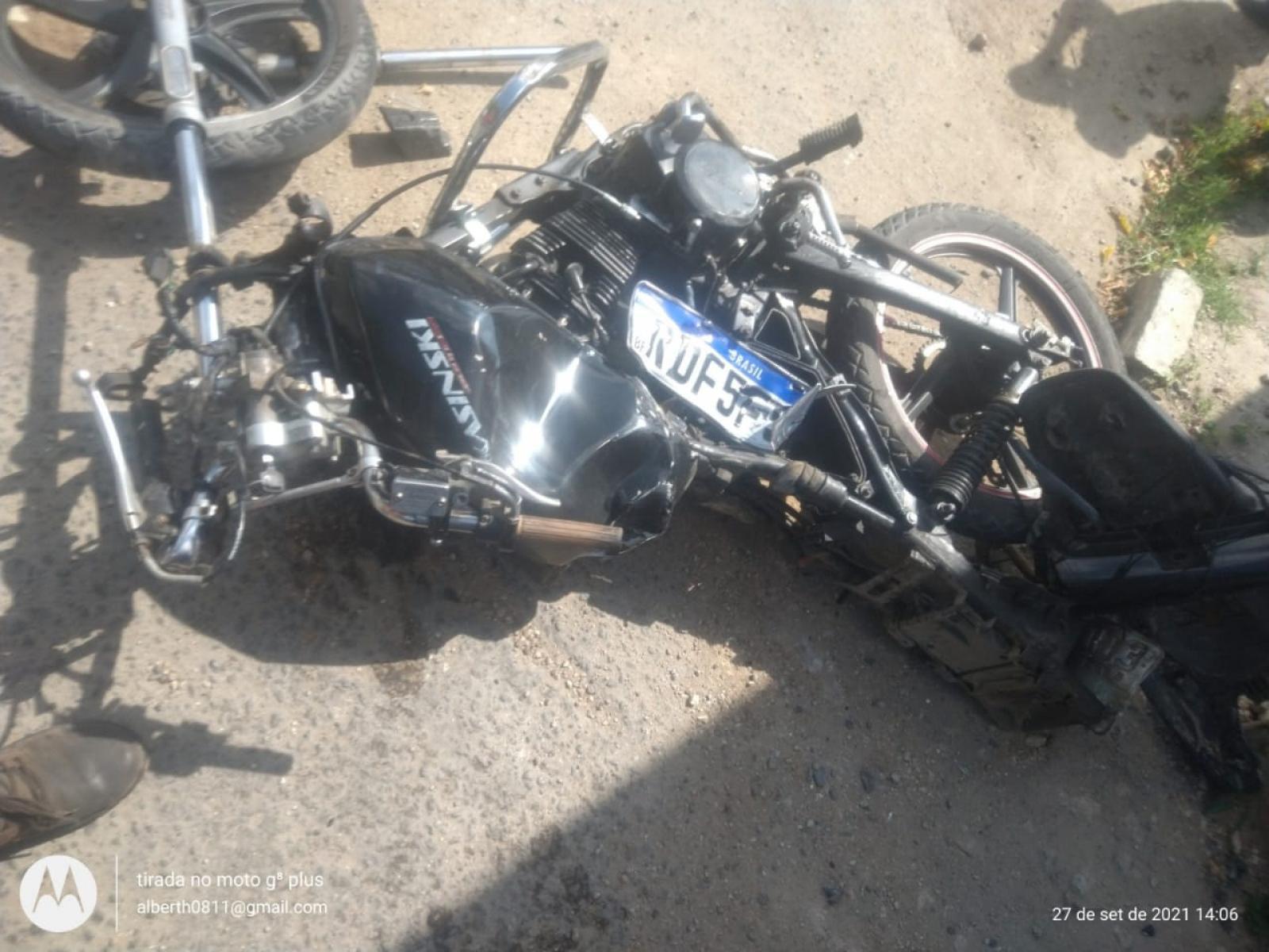 Moto e carro avançam o sinal provocando grave acidente na Avenida Landulfo Caribé.