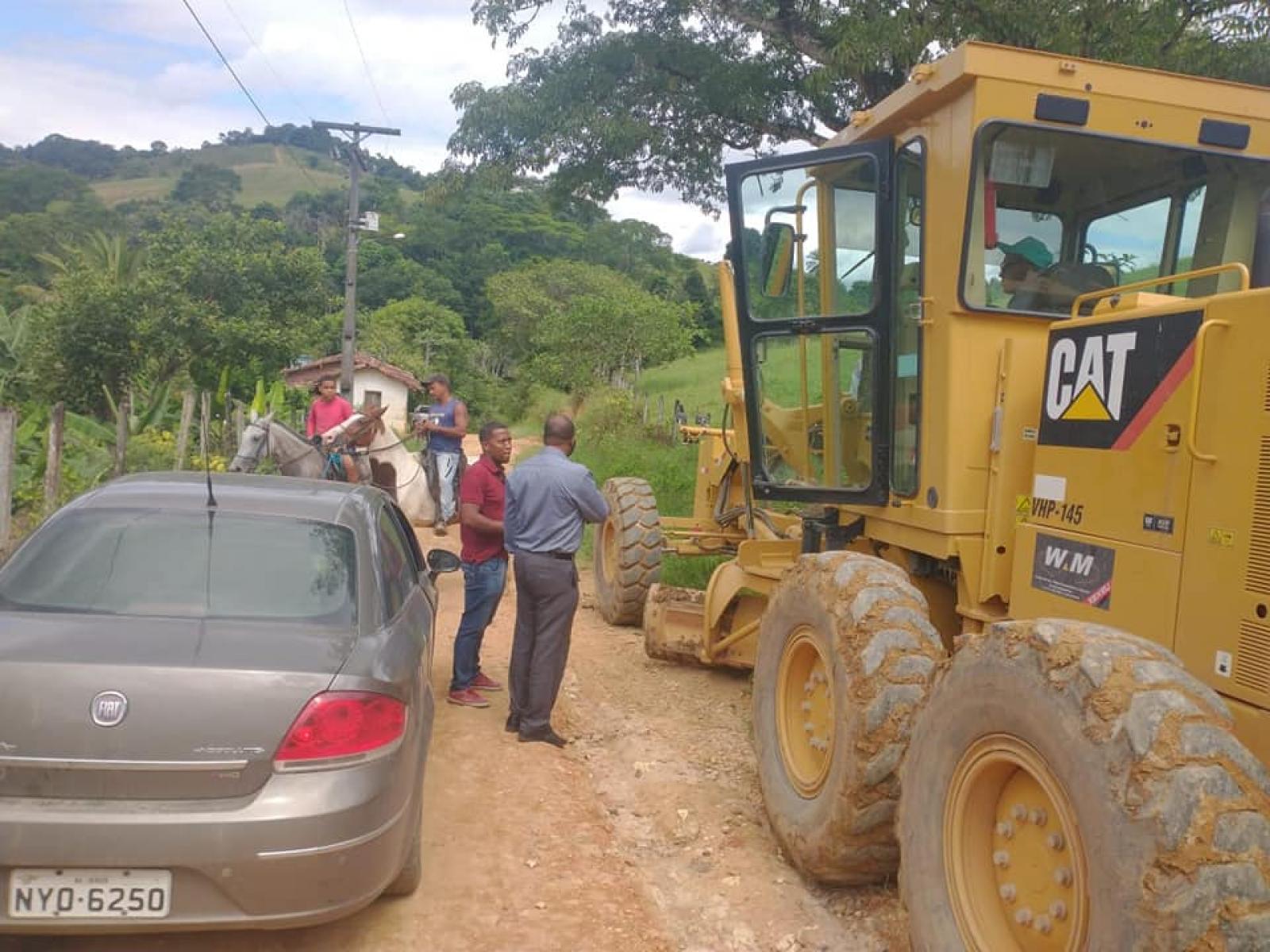 Vereador Gilvan acompanha início da recuperação da estrada do Emiliano