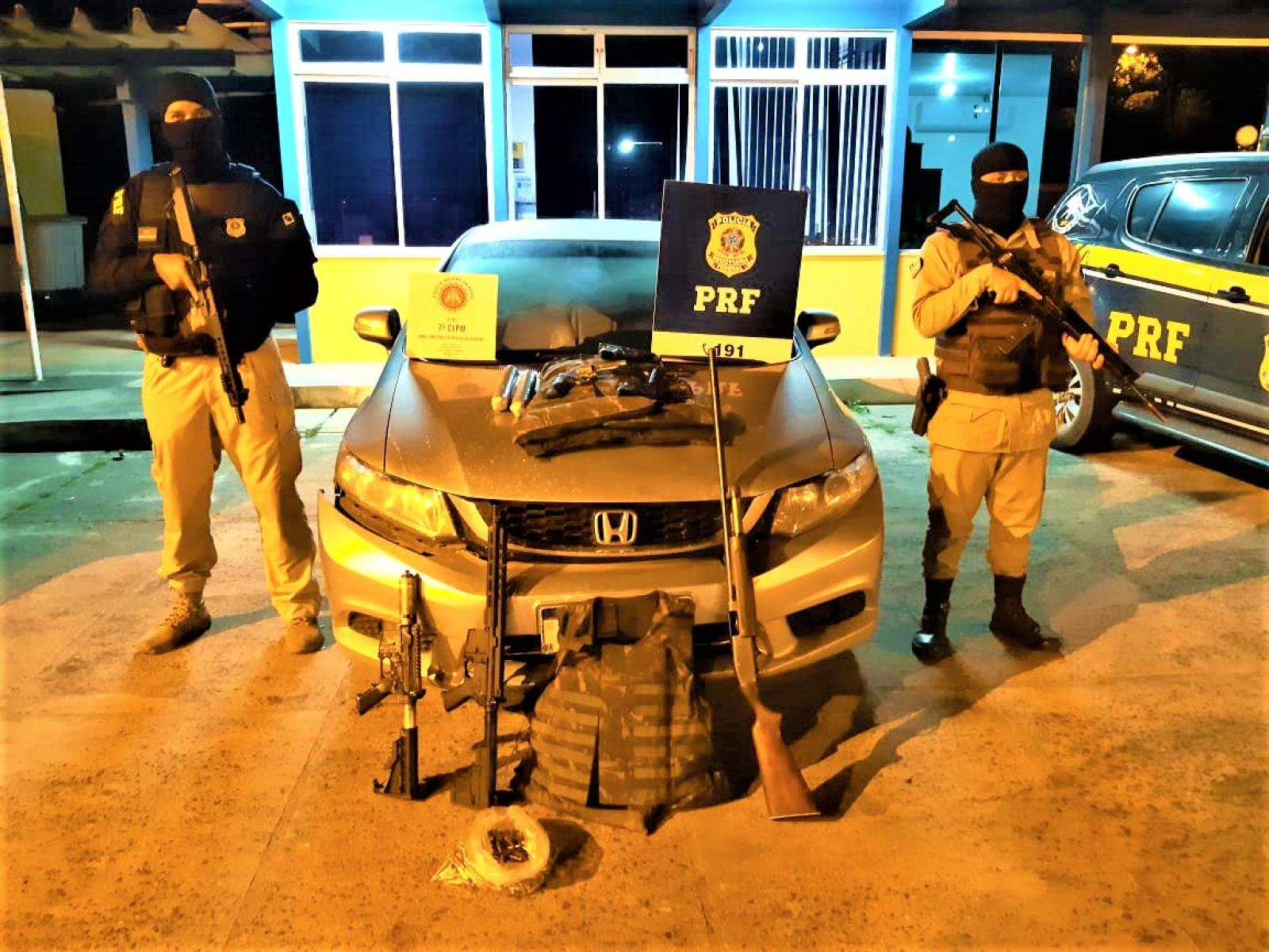 PRF e PMBA apreendem arsenal de guerra, explosivos e coletes balísticos no Extremo Sul da Bahia